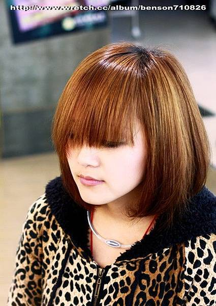 2.造型前,須將髮流往前調整自然垂落在臉上