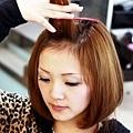 3.將瀏海分出2公分厚度的髮片