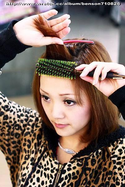 5.把圓梳放在額頭最高的地方