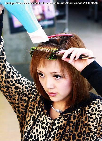 6.把髮片放在圓梳上