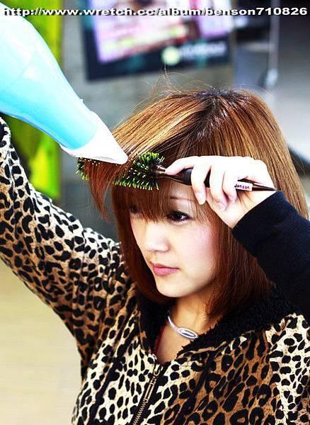 16.吹風機貼著圓梳一起移動到髮尾 一樣要注意吹風機風口的方