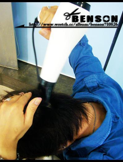 頭頂和後腦要逆著髮流方向吹
