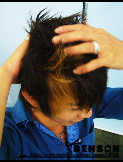 先將髮蠟均勻搓揉整顆頭