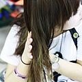 將護髮素均勻的抹在髮尾