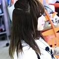 將頭髮分成上下兩層