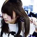 將圓梳架在髮中,利用梳子的圓弧度讓頭髮有個彎度