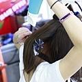 用梳子將頭髮撐起一個大彎度
