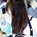 在髮尾的地方需要加強一下彎度