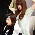 玉琳美眉學習使用瀏海髮捲的小技巧&Vicky助教認真的講解