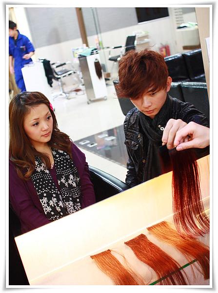 預先染好的流行髮色髮片,可直接放置頭上或臉頰旁比對是否喜歡及合適度