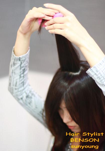 然後從髮尾將髮捲捲上