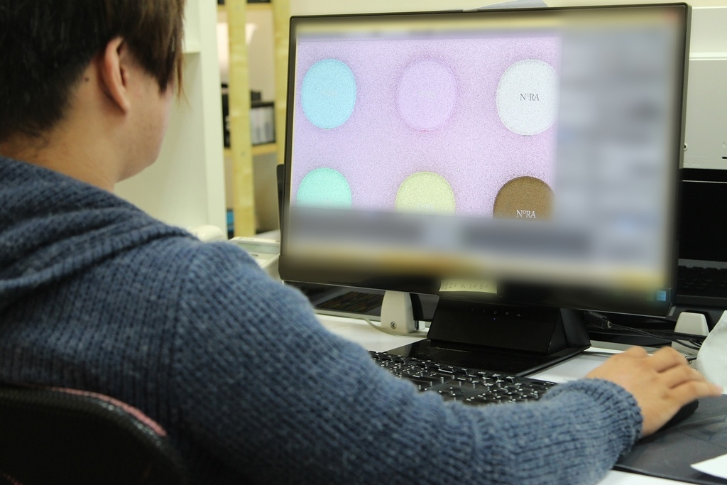 導演在檢查3D粉餅是否有瑕疵錯誤 (1).jpg