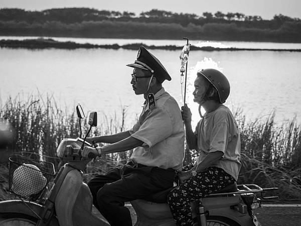 《大佛普拉斯》菜埔騎車載著母親
