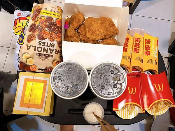 圖1 家裡拜地基主的祭品香及金紙擺設,桌上有著1-2盒麥脆鷄腿分享盒及薯條+飲料