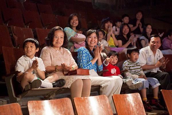 親愛的奶奶_小孫子與奶奶在戲院感受電影奇幻 [800x600]