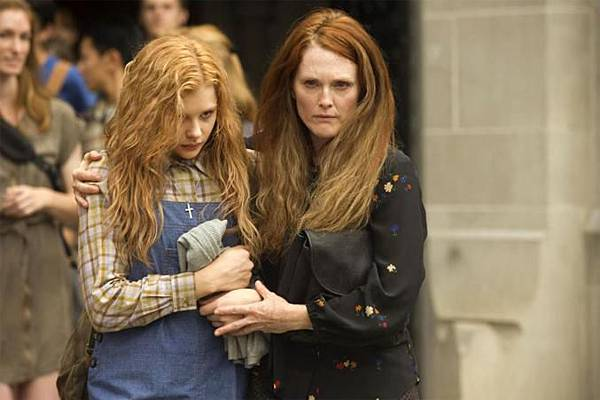 Chloe-Moretz-and-Julianne-Moore-in-Carrie-2013-Movie-Image_677x451