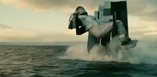 ob_9e0e13_interstellar-monolith-robot-dans-l-eau