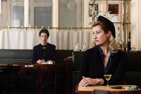 化妝鏡當後照鏡《盛開紫羅蘭》艾曼紐德芙花神咖啡館狂追星(右:艾曼紐德芙,左:桑德琳齊柏琳)_672x448