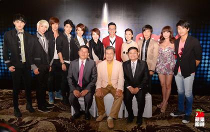 《超級夜總會》主持人澎恰恰(前排左)和許效舜(前排右)率眾台灣藝人赴新加坡錄影。三立提供
