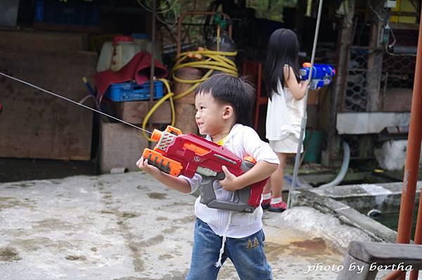 一豆玩水槍.jpg