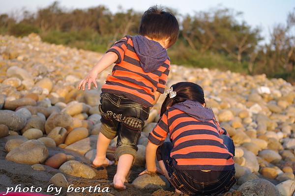 姐弟倆的可愛背影.jpg
