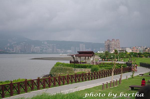 颱風天前夕的左岸.jpg