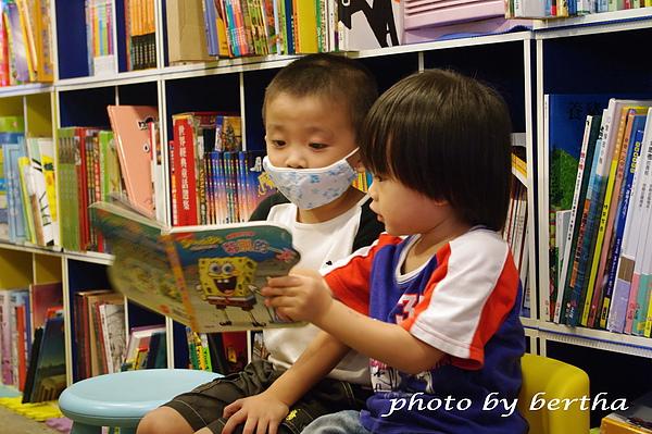拉著其他小朋友一起看書.jpg