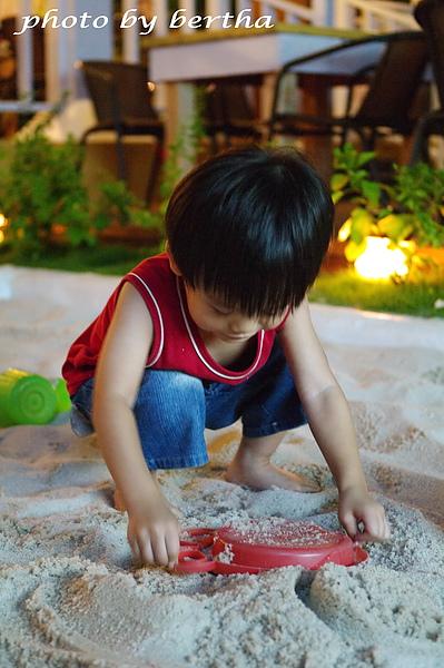 玩沙的小男孩.jpg