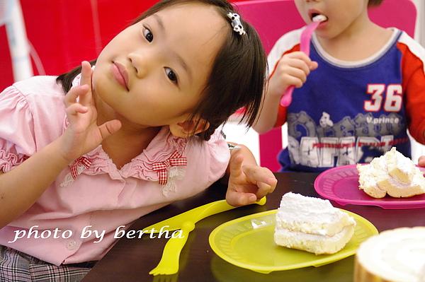 Isa 與蛋糕拍拍-1.jpg