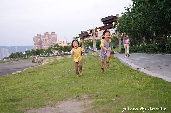黃昏奔跑的姊弟倆.jpg