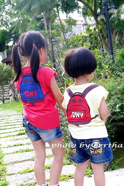 姐弟倆的背包衣.jpg