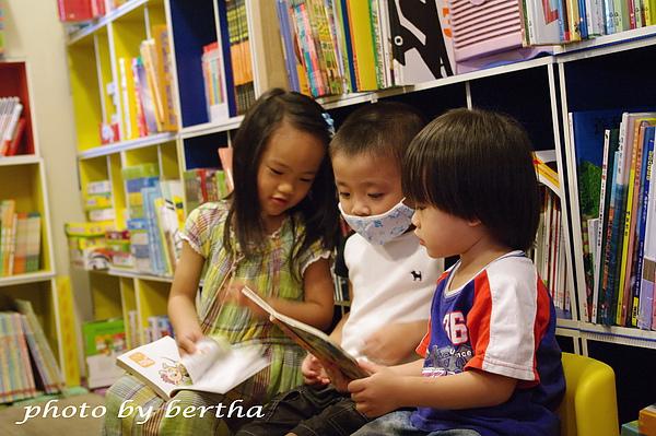 姐弟和新朋友一起看書.jpg