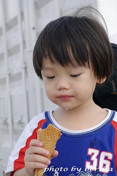 Eason 看著冰淇淋.jpg