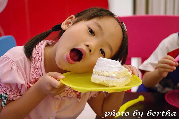 Isa 與蛋糕拍拍-2.jpg