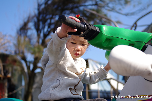 嘎嘎在玩水上摩托車.jpg