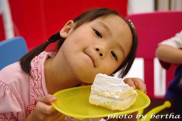 Isa 與蛋糕拍拍-3.jpg