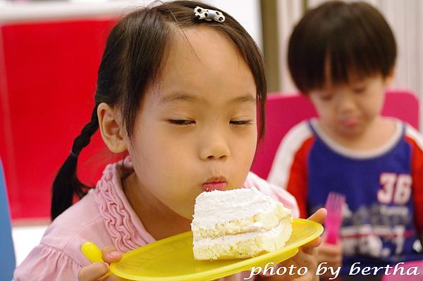 Isa 與蛋糕拍拍-4.jpg