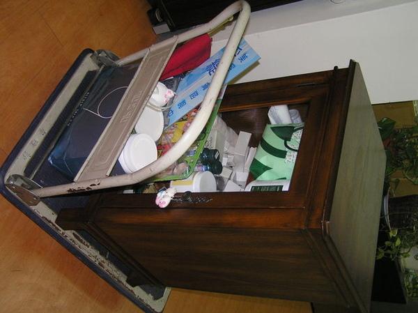 用堆車把這櫃子從舊家推到新家!!累翻了><