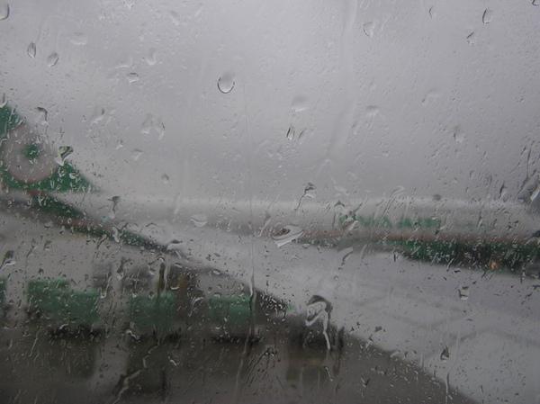 現在台灣是下大雨唷!