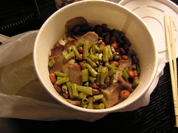 到上海的第一餐,也是宵夜嚕...牛肉米粉