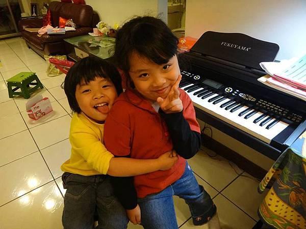 姊妹愛學琴