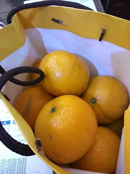 新年學生送的橘子好甜好多汁!!