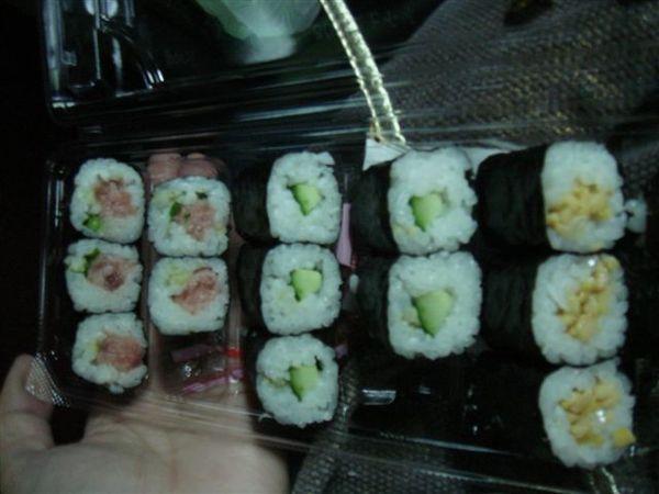 在超市裡買的壽司