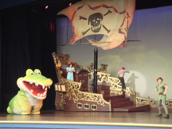 鱷魚移動速度超快的~這麼大隻不知怎麼跑的~