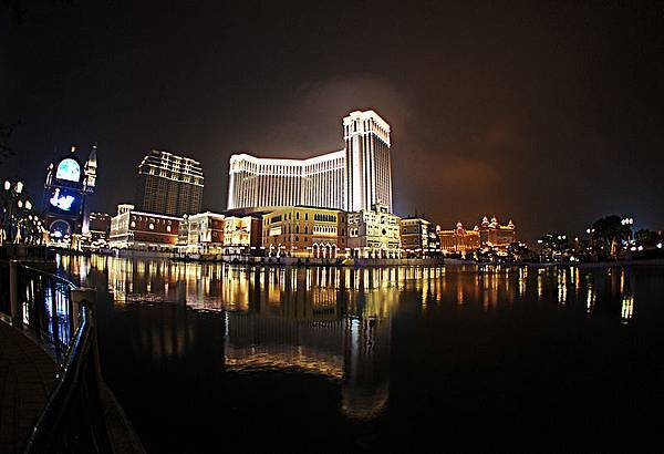 800px-The_Venetian_Macao_Night_View_201104