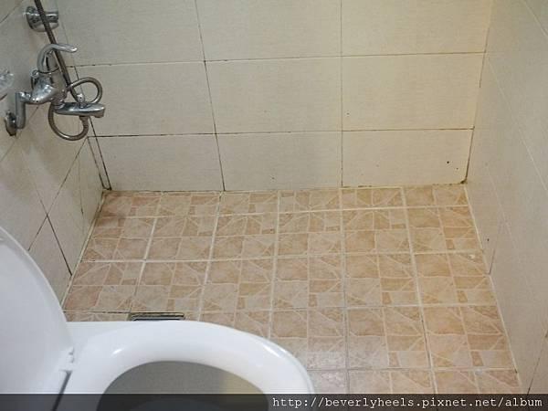 廁所....雖然不髒但有點簡陋