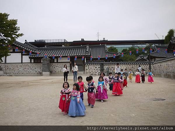 小韓國人穿小韓服好可愛~~!!!