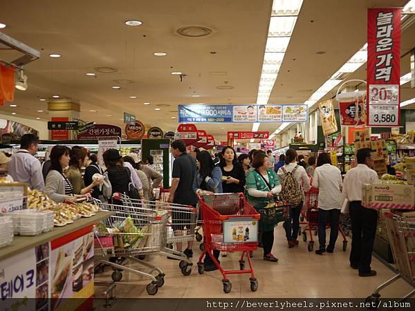 Lotte Mart裡面的盛況...全是日本人