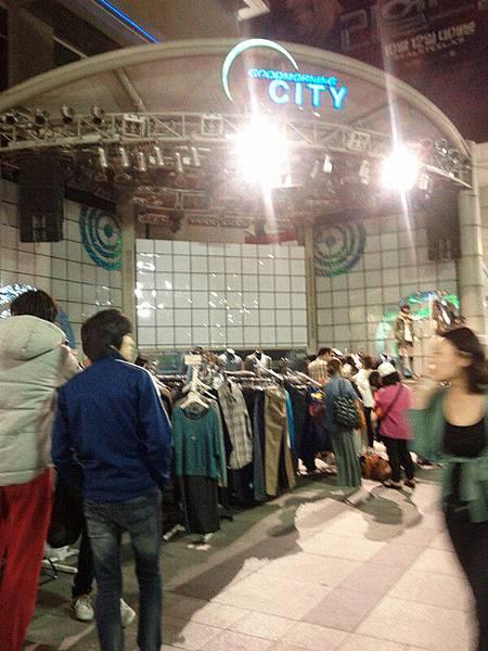 路邊也有很多衣服攤