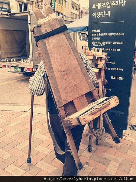 東大門市場老阿伯背的奇特椅